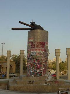 引き倒されたサッダーム・フセインの銅像の台座(写真のデータによれば、日本時間2003年5月9日に撮影した。)